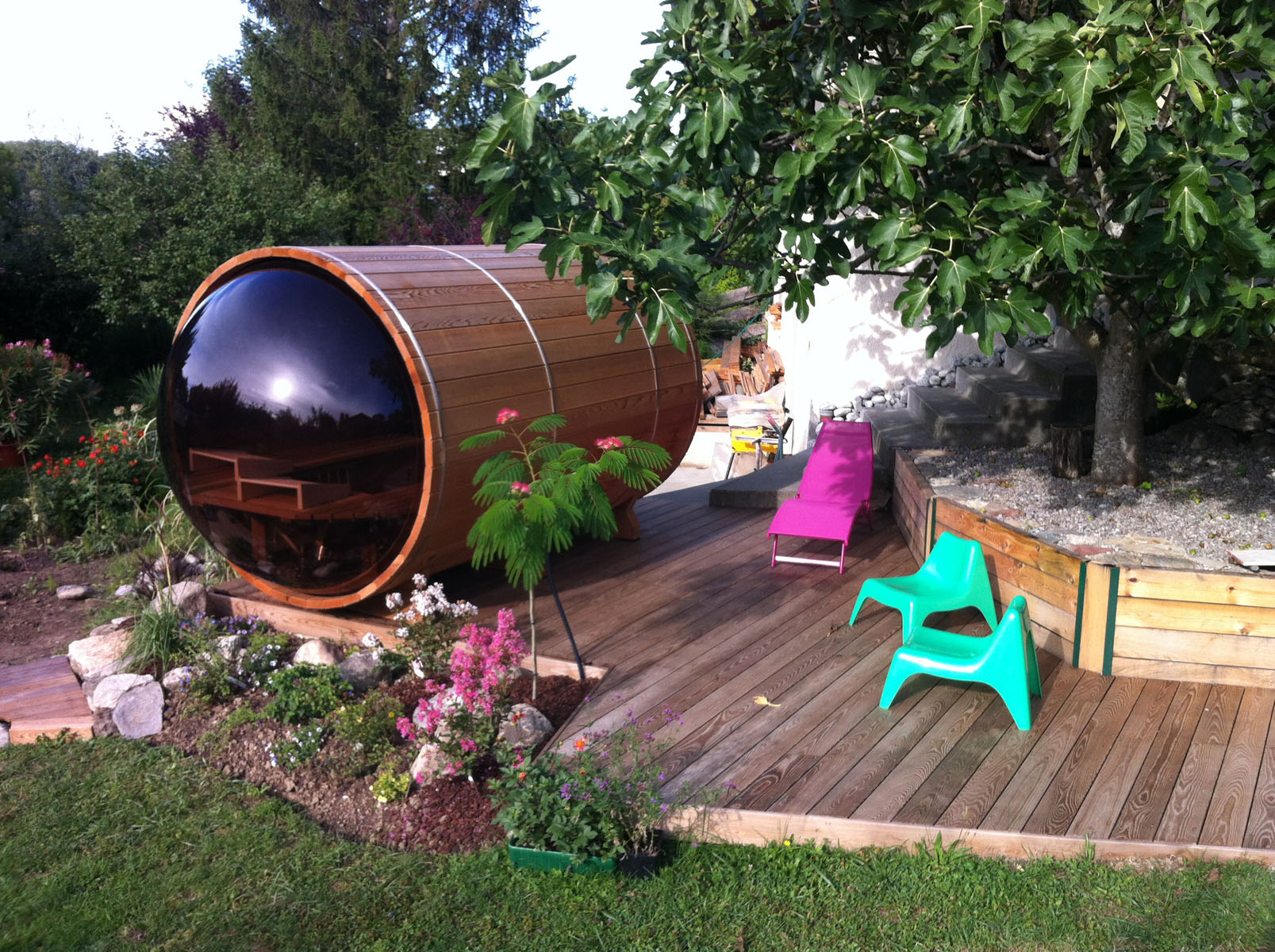 un sauna cylindrique sur votre terrasse en bois. Black Bedroom Furniture Sets. Home Design Ideas